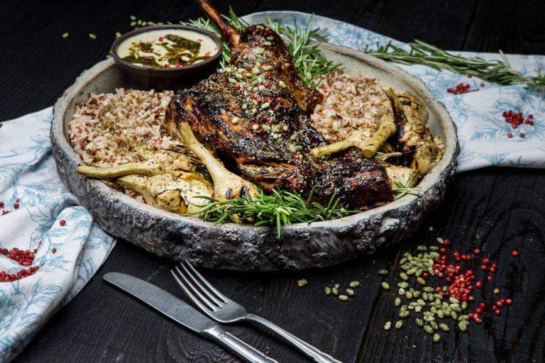 Αρνάκι στο ξυλόφουρνο, ψητές αγκινάρες, μείγμα ρυζιών & σάλτσα αγκινάρας, 1