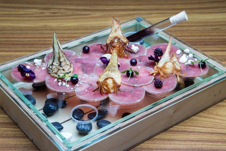 """Carpaccio πάπιας, αγκινάρες σε υφές και """"πέτρες"""" πορτσίνι, Ciel, 1"""