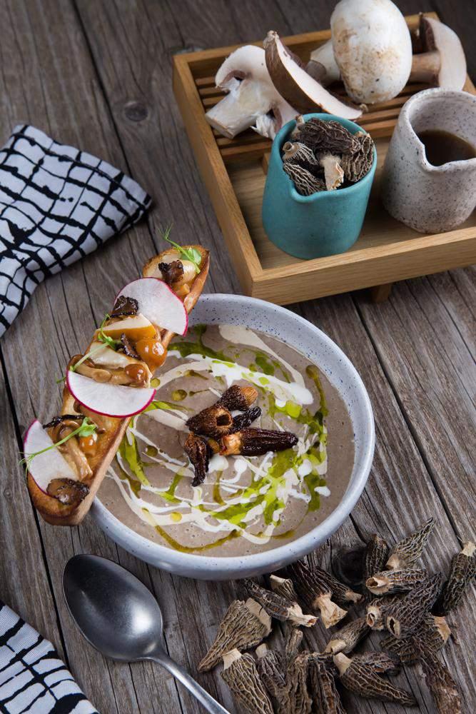 Μανιταρόσουπα με μορχέλες chips & λάδι φουντουκιού, 1