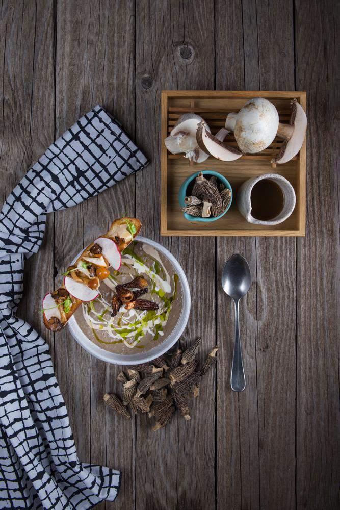 Μανιταρόσουπα με μορχέλες chips & λάδι φουντουκιού, 2