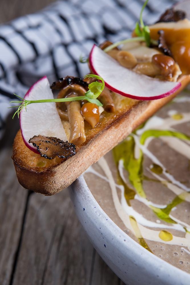 Μανιταρόσουπα με μορχέλες chips & λάδι φουντουκιού, 7