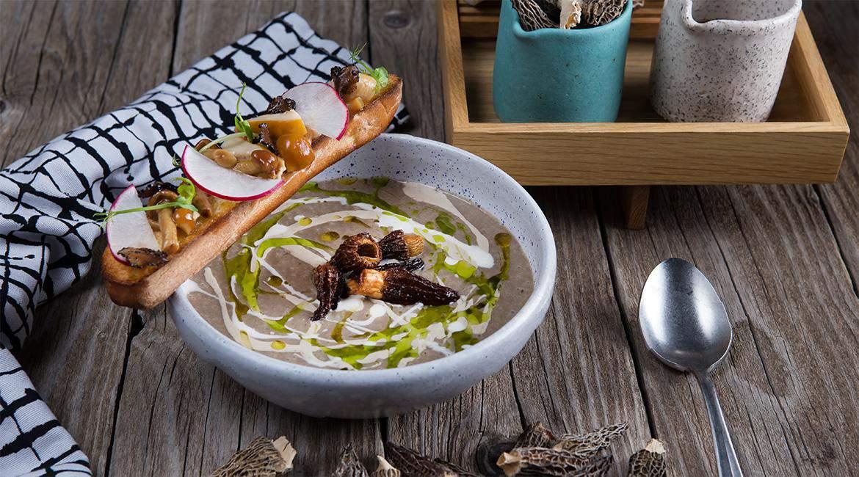 Μανιταρόσουπα με μορχέλες chips & λάδι φουντουκιού, feature