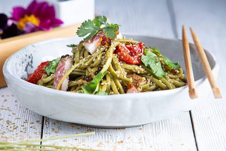 Salad bowl με noodles άλγης & καπνιστό χέλι, 1