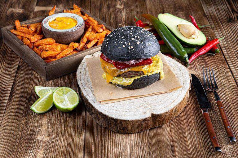 Tex Mex Burger με sticks γλυκοπατάτας & cheddar sauce, 1