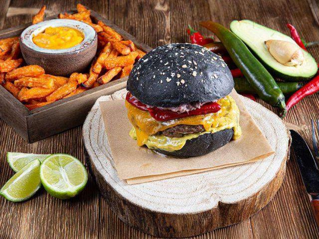 Tex Mex Burger με sticks γλυκοπατάτας & cheddar sauce, feature
