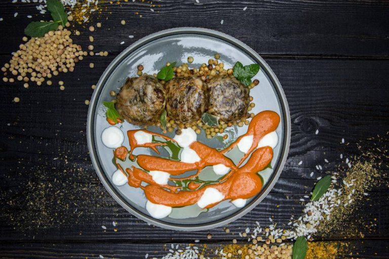 Τζιγεροσαρμάδες με πικάντικη σάλτσα & γιαούρτι, 2