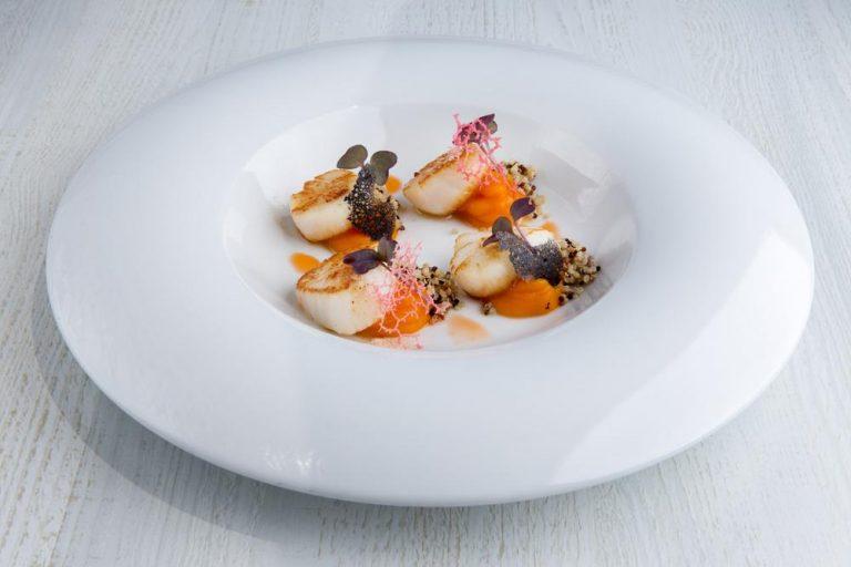 Χτένια με λάδι αστακού, πουρέ καρότου & τρίχρωμη κινόα, Azur, 1
