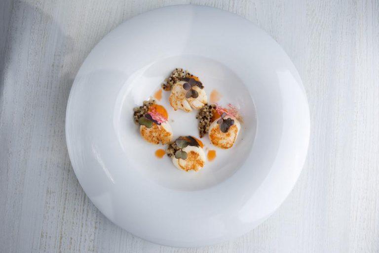 Χτένια με λάδι αστακού, πουρέ καρότου & τρίχρωμη κινόα, Azur, 2